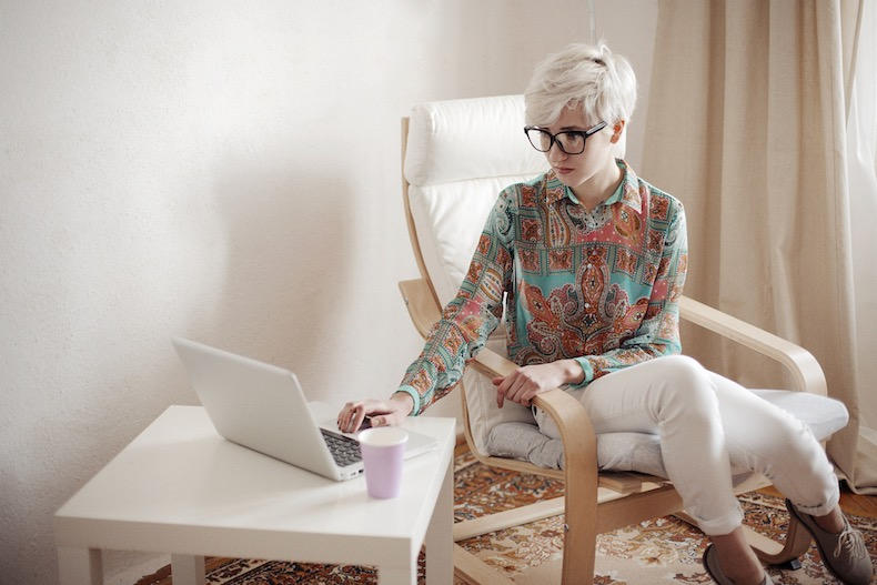 白人女性とパソコン